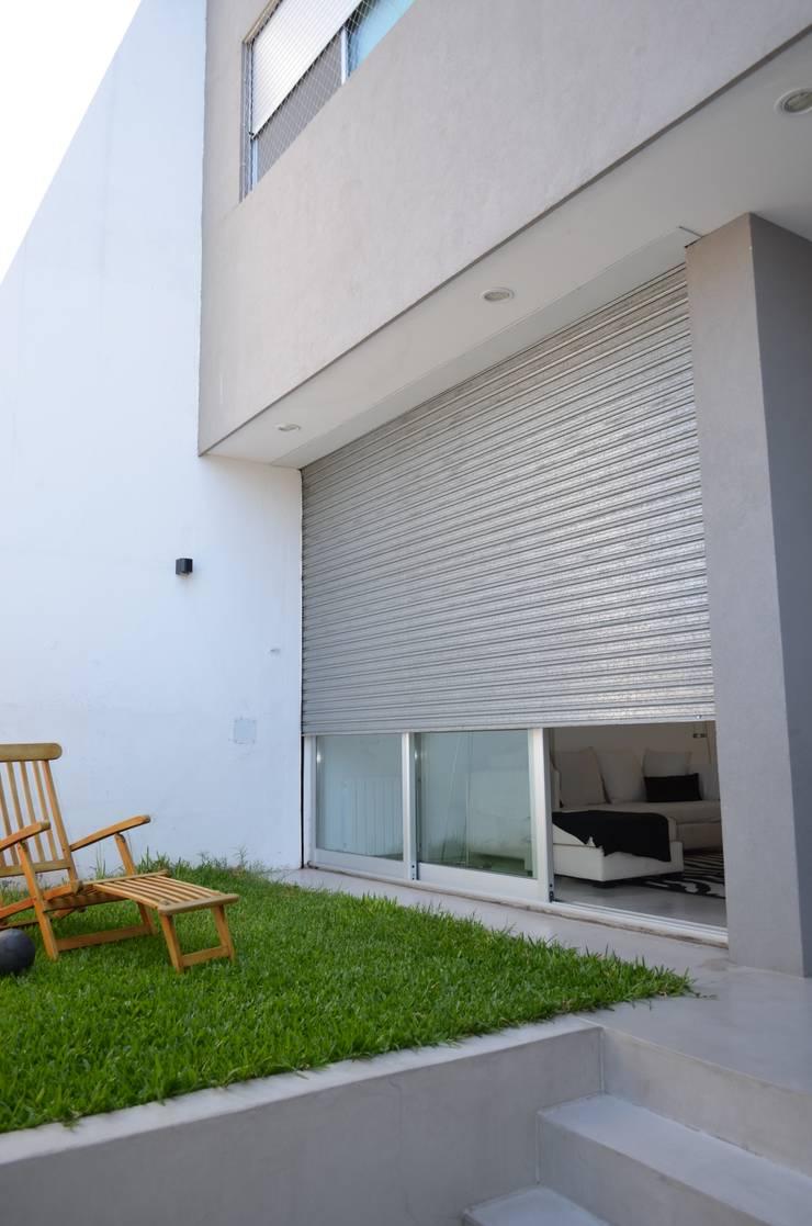 Patio frente. Acceso de fachada.: Casas unifamiliares de estilo  por NG Estudio