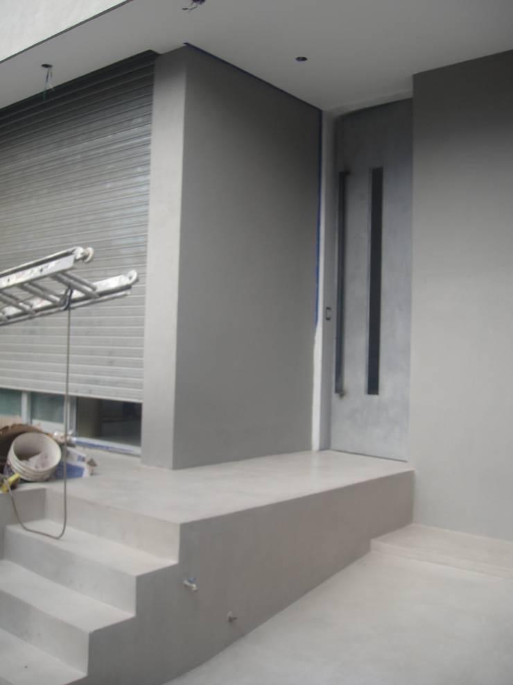 Acceso principal. Fachada de patio interior.: Casas unifamiliares de estilo  por NG Estudio