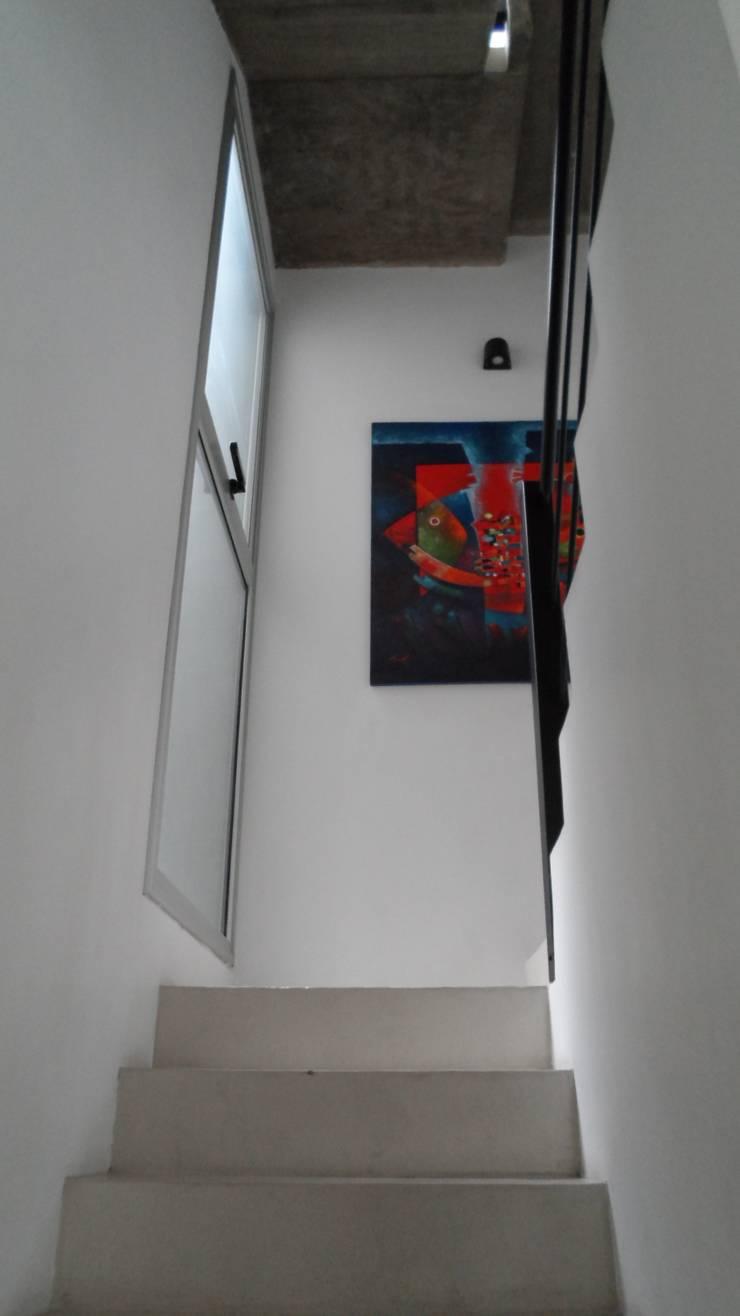 Escalera. Ventanales laterales.: Pasillos y recibidores de estilo  por NG Estudio