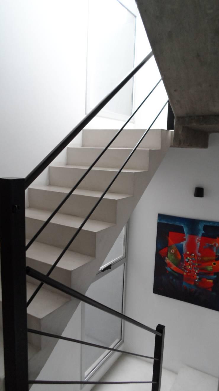 Casa Armento: Pasillos y recibidores de estilo  por NG Estudio