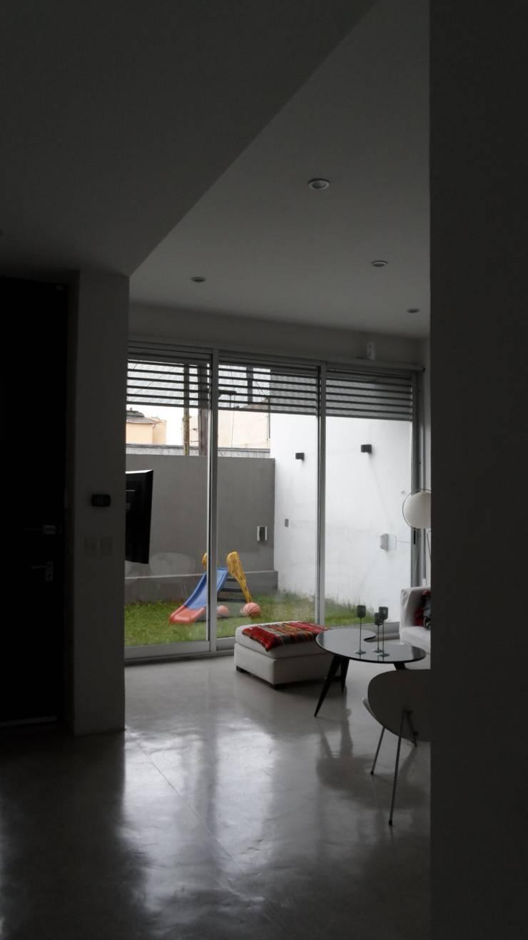 Living Estar. Vista al patio.: Livings de estilo  por NG Estudio