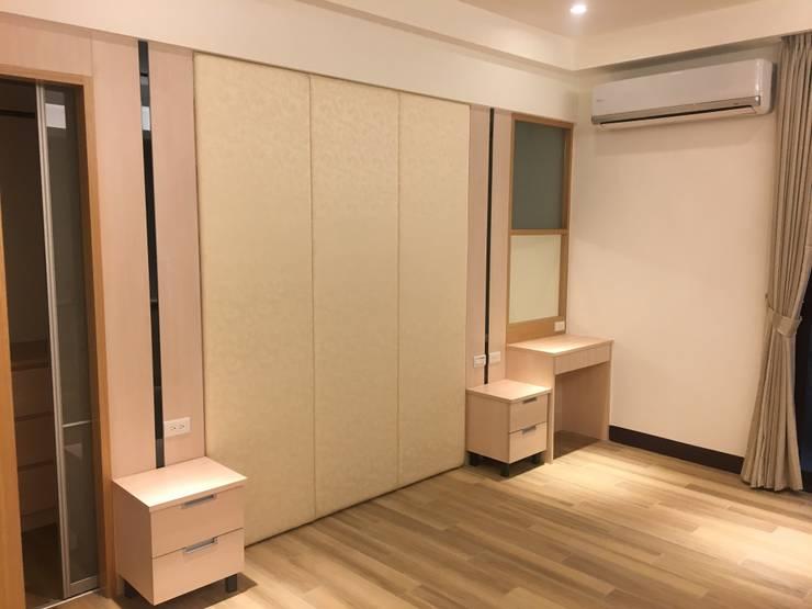 新竹透天厝 黑、白、木紋 經典三色:  臥室 by 捷士空間設計