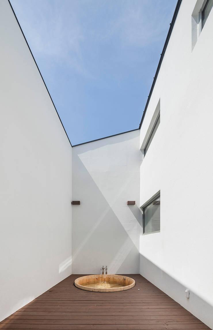 Spa de estilo  por HGA 건축디자인연구소