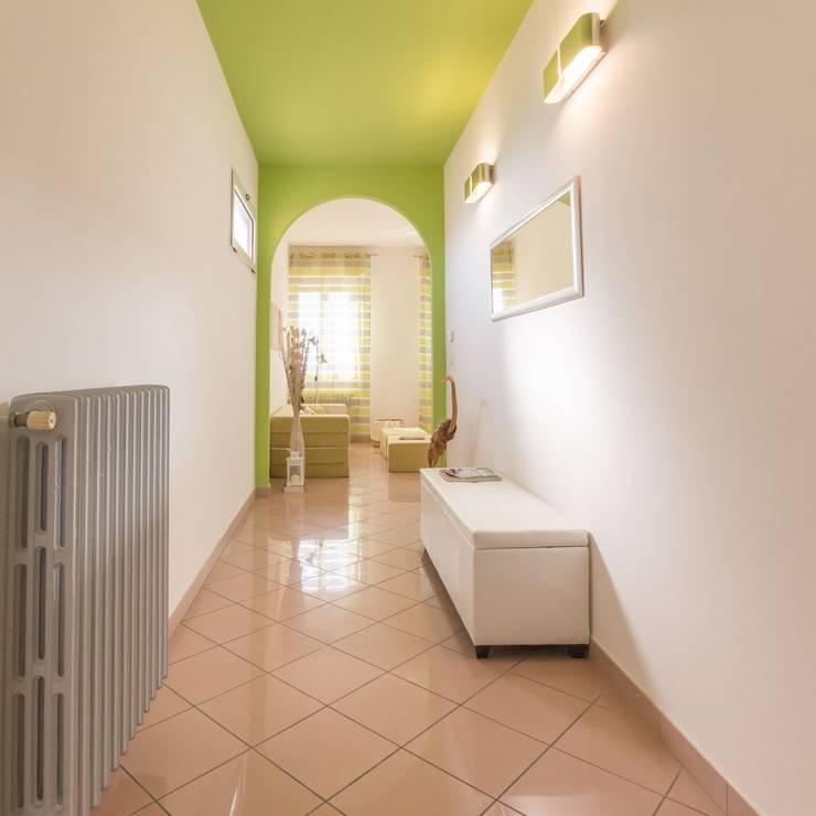 Airone, Home Staging per la Microricettività: Ingresso & Corridoio in stile  di Anna Leone Architetto Home Stager