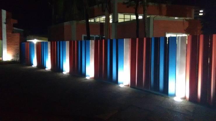 FACHADA ILUMINAÇÃO: Jardins de fachadas de casas  por Richard Lima Arquitetura,Moderno Tijolo