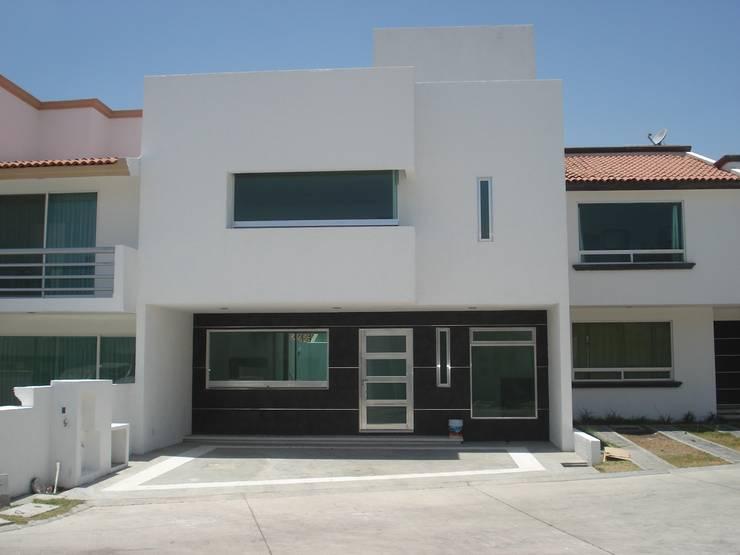 FACHADA PRINCIPAL: Casas de estilo minimalista por URBANZA