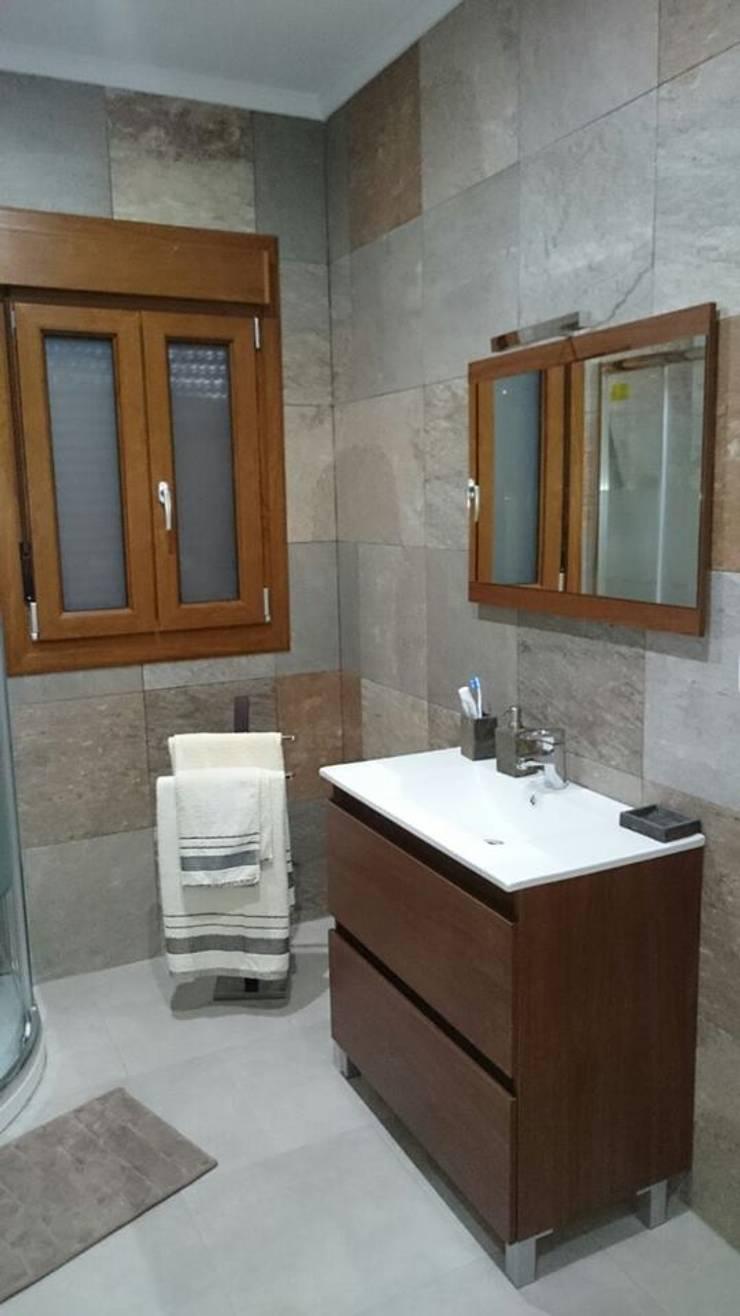 CASA DE DISEÑO PERSONALIZADA EN LA SERENA (BADAJOZ): Baños de estilo  de MODULAR HOME