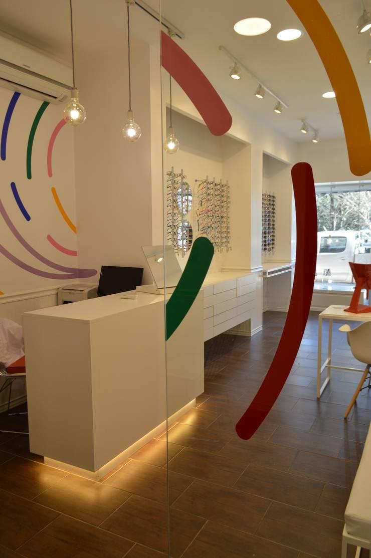 PROYECTO ÓPTICA : Galerías y espacios comerciales de estilo  por OH! estudio diseño & arquitectura,