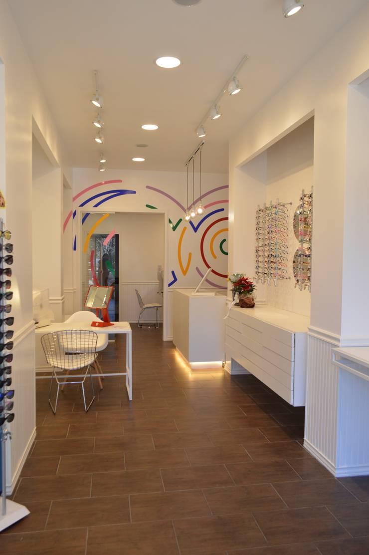PROYECTO ÒPTICA : Galerías y espacios comerciales de estilo  por OH! estudio diseño & arquitectura
