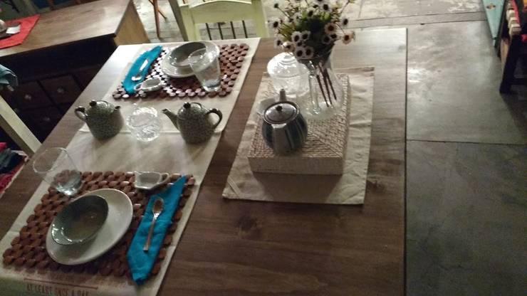 ~ Comedores ~: Cocinas de estilo  por Vero Capotosto
