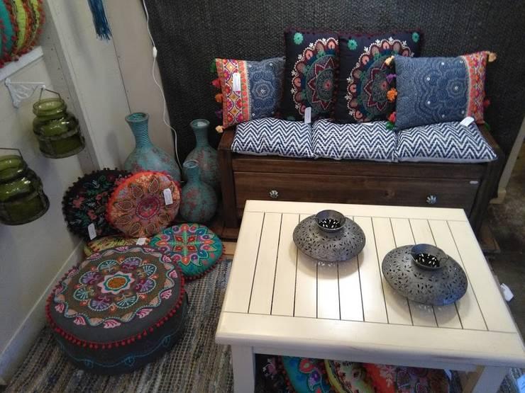 ~Textiles ~: Livings de estilo  por Vero Capotosto ,