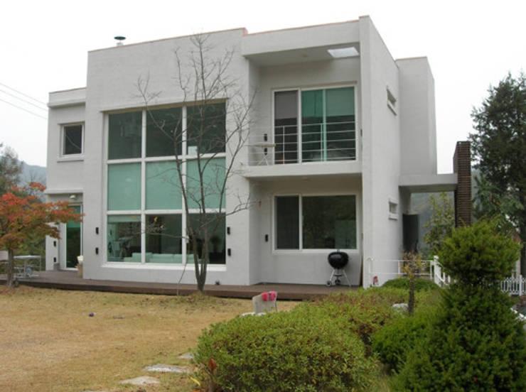 모던 디자인의 전원주택: (주)현대디자인건축의  주택,컨트리