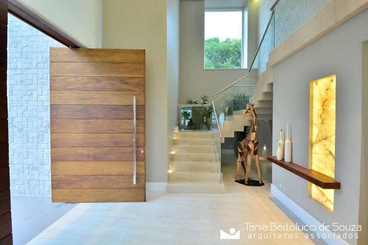 走廊 & 玄關 by Tania Bertolucci  de Souza     Arquitetos Associados