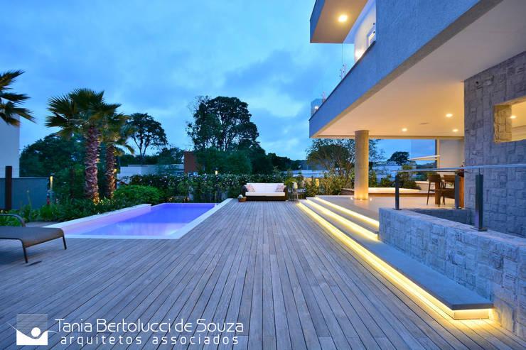 Projeto Arquitetônico: Condomínios  por Tania Bertolucci  de Souza     Arquitetos Associados