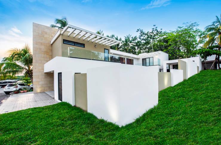 Fachada principal: Casas unifamiliares de estilo  por Constructora e Inmobiliaria Catarsis