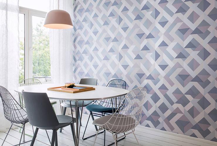 Gentle Groove Path: Paredes y pisos de estilo clásico por BIANELLA