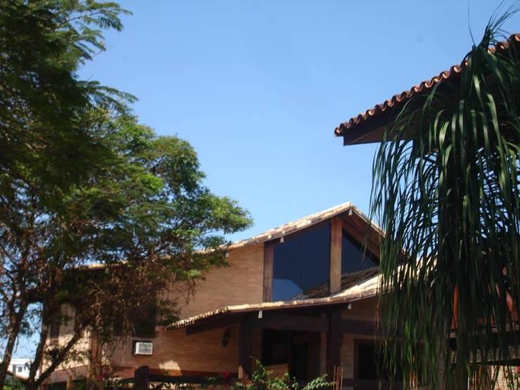 Residência no Cond. Parque das Palmeiras: Casas familiares  por Ronaldo Linhares Arquitetura e Arte,