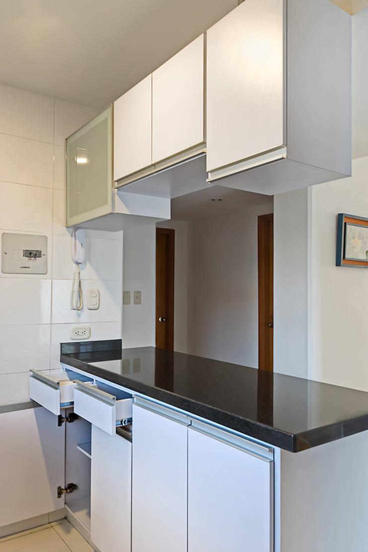 Cocina integral: Cocinas de estilo moderno por Remodelar Proyectos Integrales