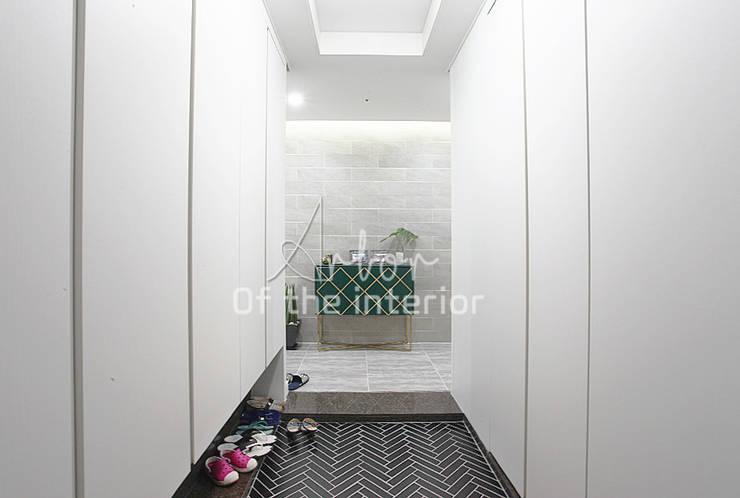 Moderner Flur, Diele & Treppenhaus von 디자인 아버 Modern