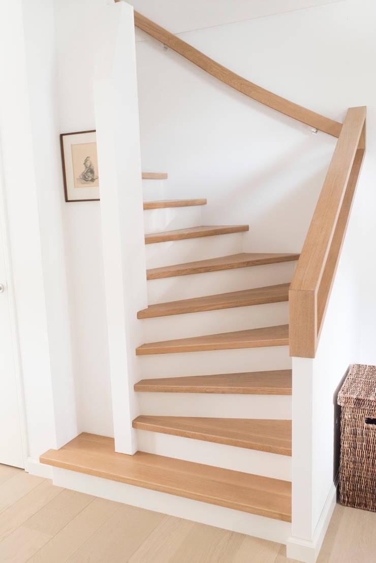 Pasillos, vestíbulos y escaleras de estilo rural de Bongers Architecten Rural