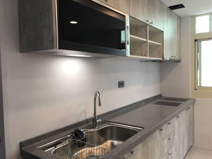 美式工業風輕裝潢:  廚房 by 登品空間規劃工程有限公司
