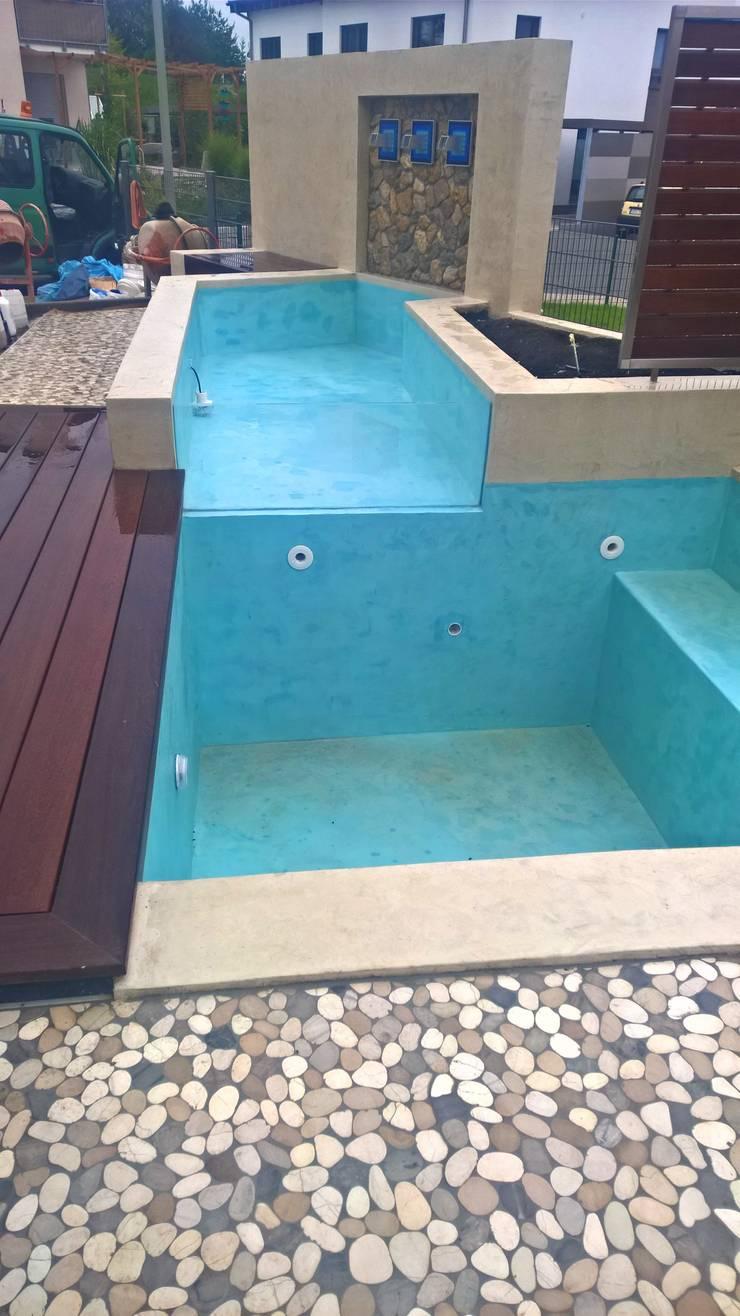kleiner pool mit wasserfall, terrasse und holzdeck par neues