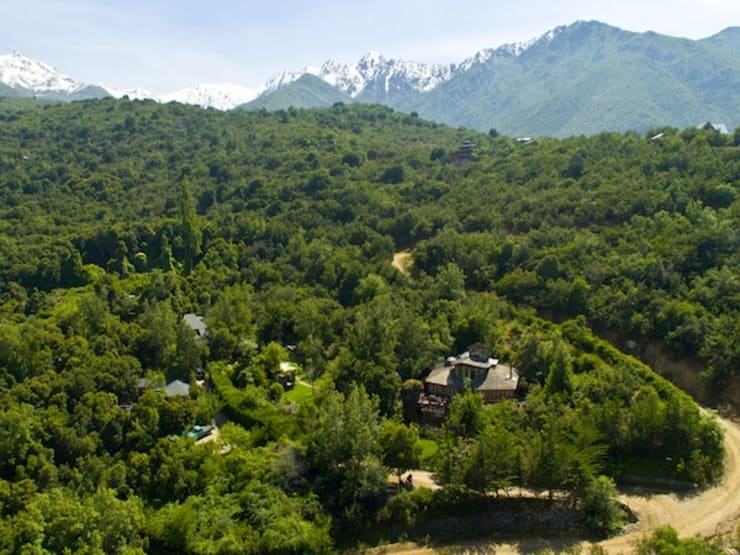 En Bosque Nativo · Cajón del Maipo: Casas de estilo  por Francisco Vicuña Balaresque