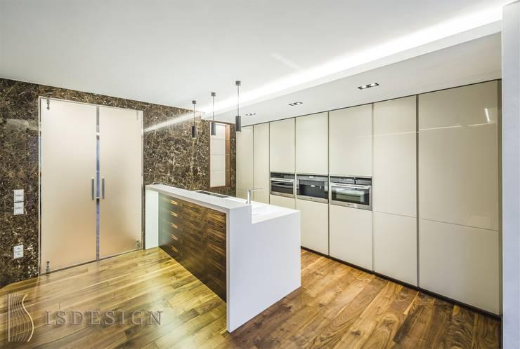 Гостиная - зона кухни: Встроенные кухни в . Автор – ISDesign group s.r.o., Эклектичный Дерево Эффект древесины