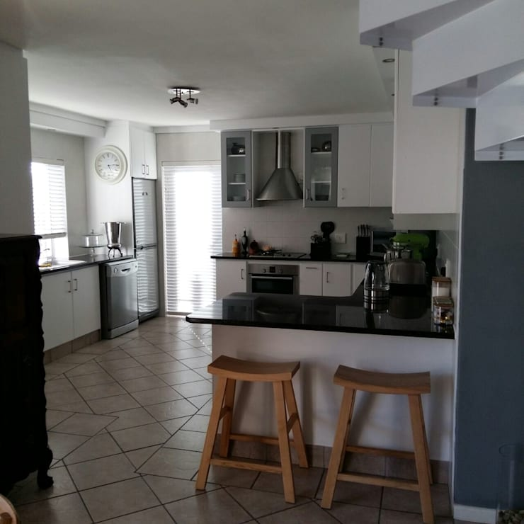 Kitchen Make-over in Harbour Island:  Built-in kitchens by Cape Kitchen Designs, Modern MDF