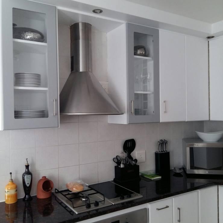 Kitchen Make-over in Harbour Island:  Kitchen by Cape Kitchen Designs