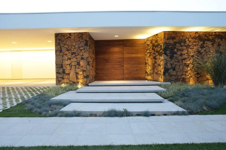 Projekty,  Dom szeregowy zaprojektowane przez R|7 Mila Ricetti Arquitetos Associados