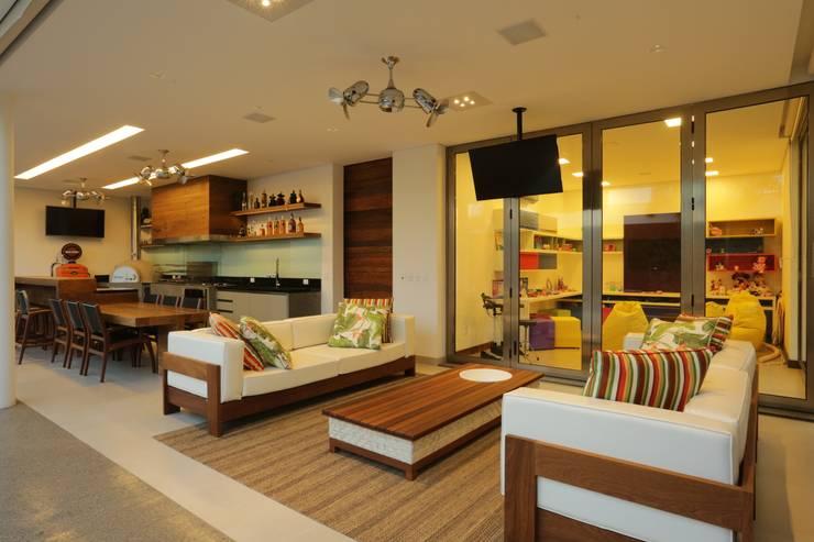 Projekty, nowoczesne Domy zaprojektowane przez R|7 Mila Ricetti Arquitetos Associados