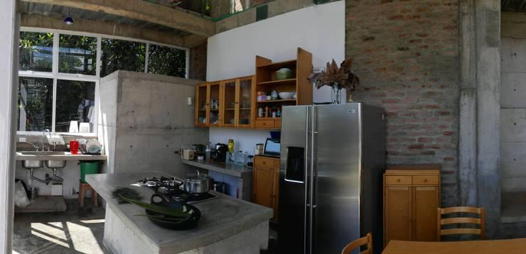 Vivienda Campestre Sostenible 1 - 2016: Cocinas de estilo  por PILO Arquitectura