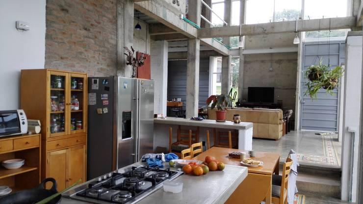 Vivienda Campestre Sostenible 1 - 2016: Cocinas de estilo minimalista por PILO Arquitectura