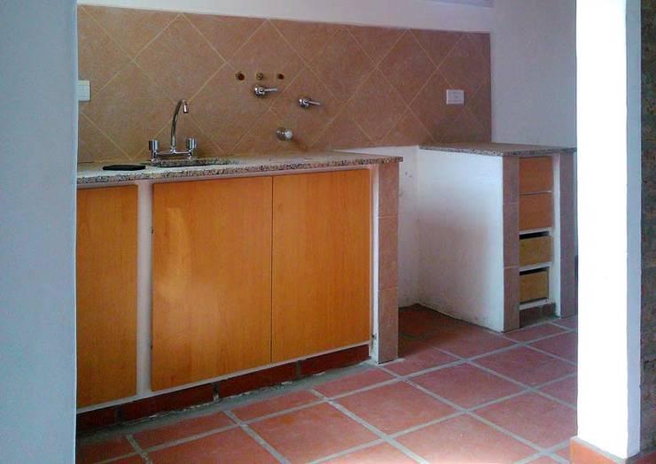 Punta Chacra Roldan: Cocinas de estilo  por Arq. Gustavo Piazza & Asociados