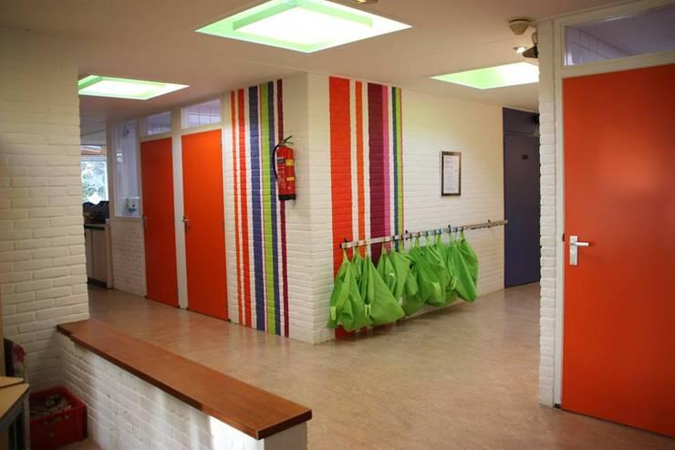 Muurschildering hal:  Scholen door janny doornbos architektonische vormgeving, Modern