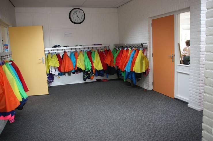 Garderobe kinderen:  Scholen door janny doornbos architektonische vormgeving, Modern