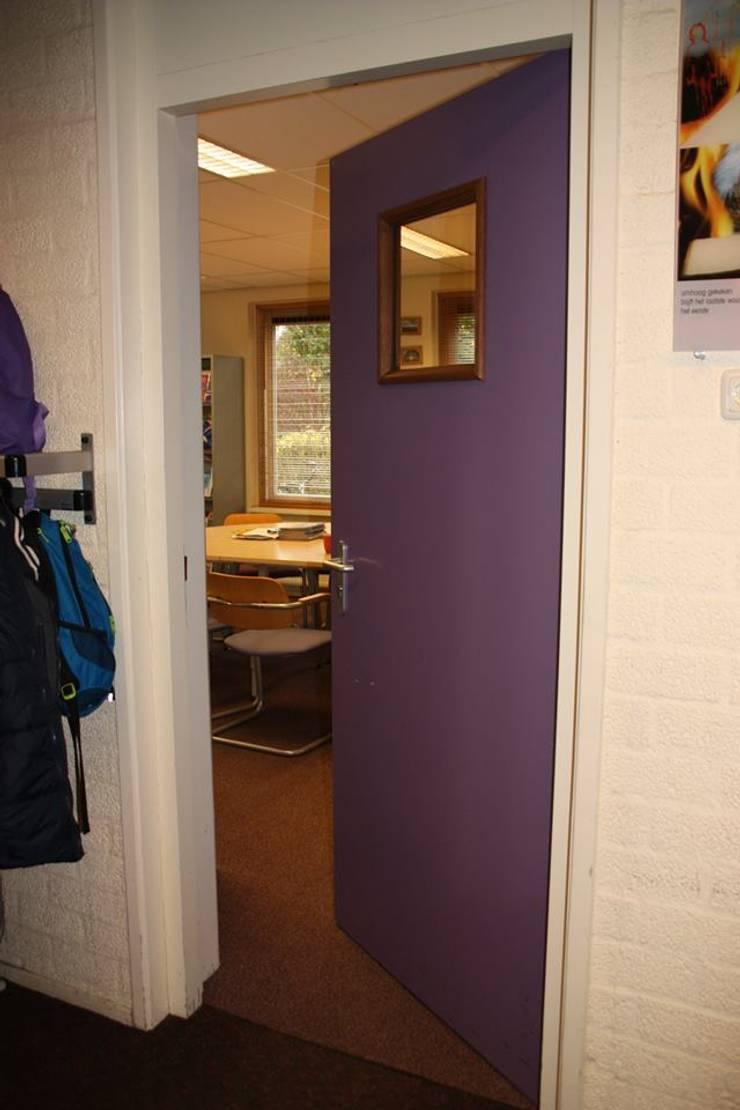 Deur naar personeelsruimte:  Scholen door janny doornbos architektonische vormgeving, Modern
