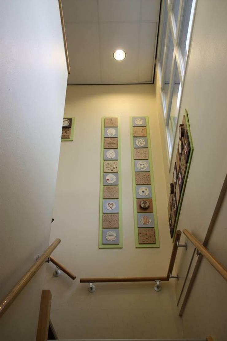 Trapopgang en wand kunstproject:  Scholen door janny doornbos architektonische vormgeving, Modern