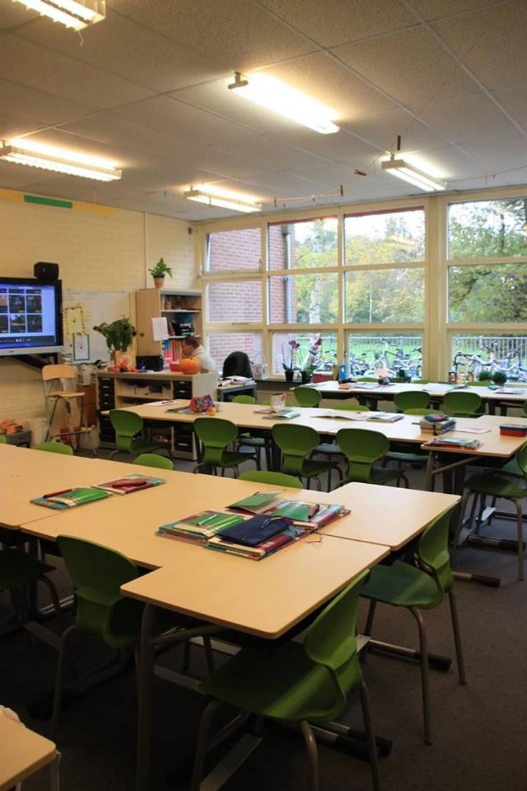 Lagere school De Windroos Zuidhorn:  Scholen door janny doornbos architektonische vormgeving, Modern