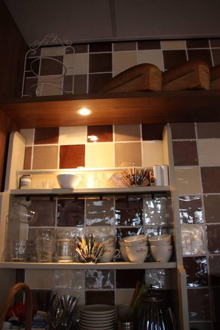 Bakkerij en Lunchroom Zuidhorn:  Winkelruimten door janny doornbos architektonische vormgeving
