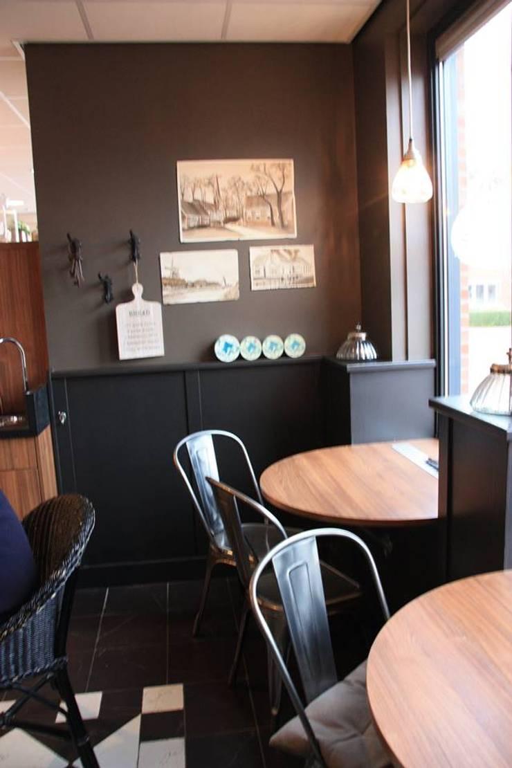 Lunchroom gedeelte:  Winkelruimten door janny doornbos architektonische vormgeving