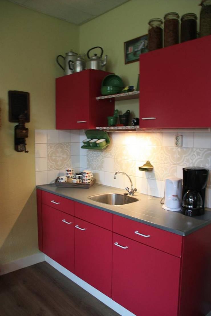 Openbare keuken en stamtafel ruimte:  Musea door janny doornbos architektonische vormgeving, Modern
