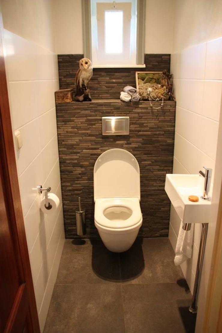 Toiletruimte:  Badkamer door janny doornbos architektonische vormgeving, Landelijk