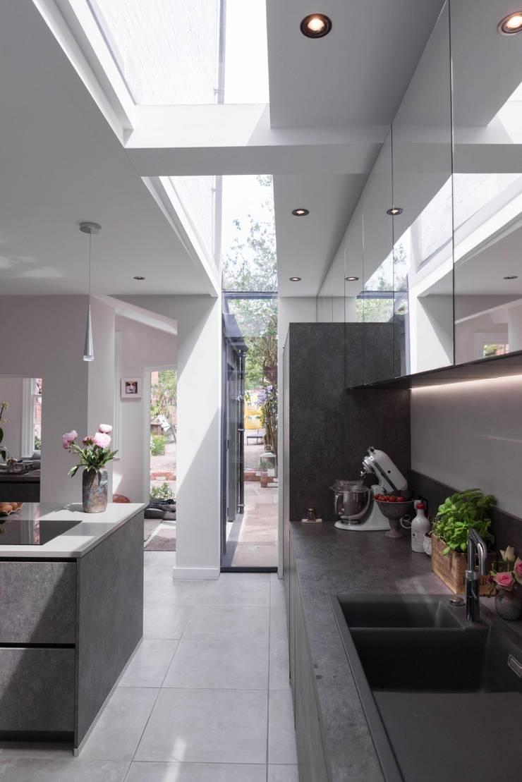 Kitchen extension with slot rooflight Cuisine moderne par guy taylor associates Moderne