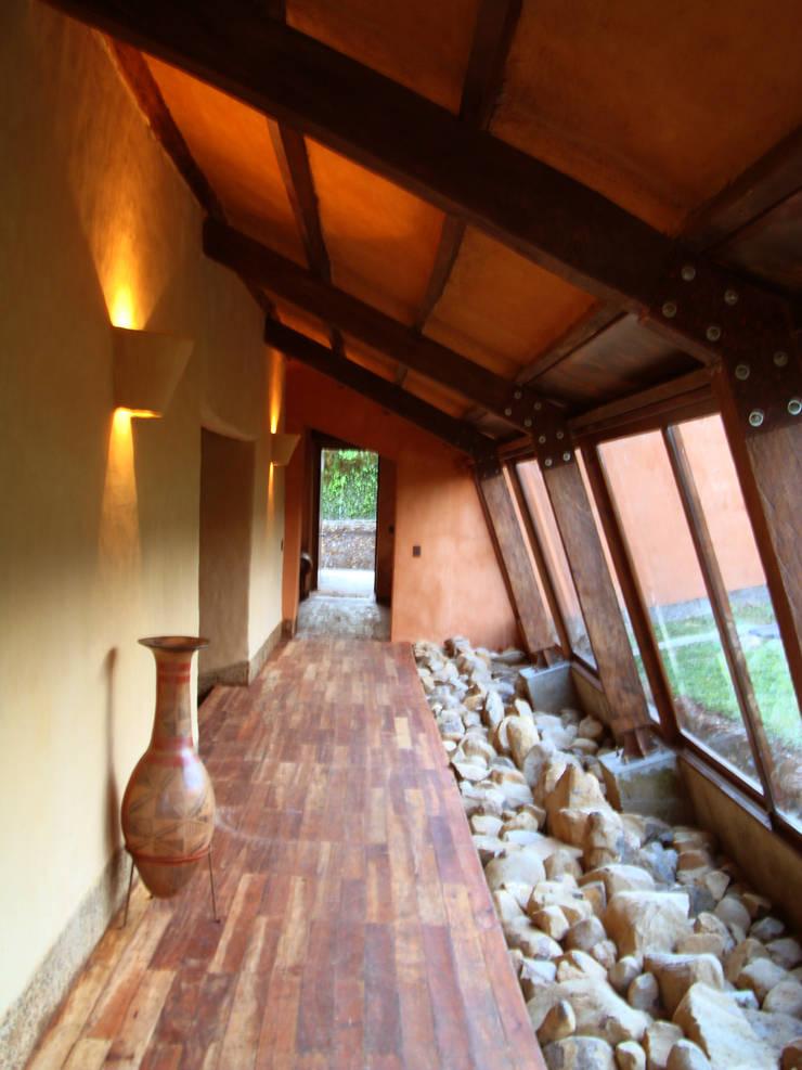 Corredor interior: Pasillos y vestíbulos de estilo  por CUNA ARQUITECTURA INGENIERÍA SOSTENIBLE