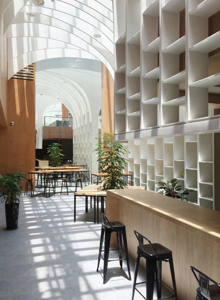 光之廊:  商業空間 by 行一建築 _ Yuan Architects