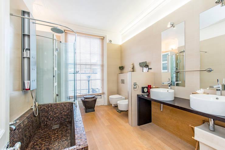 Bathroom:  Bathroom by Prestige Architects By Marco Braghiroli,
