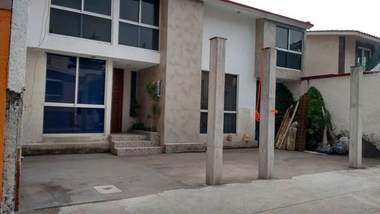 Colocación de columnas de concreto: Casas unifamiliares de estilo  por Arkisav