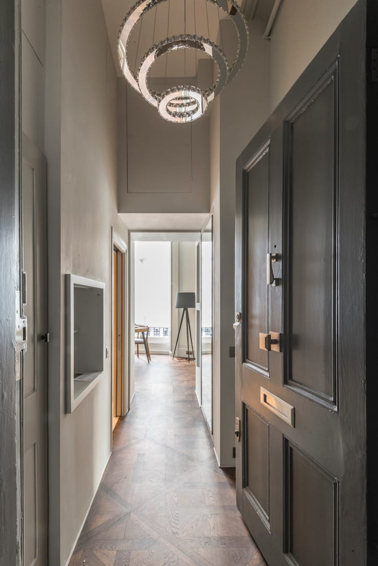 Bachelor Pad—Hyde Park:  Corridor & hallway by Prestige Architects By Marco Braghiroli,